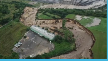 Due to flash floods in Germany, the river Inde broke it's artificial detour, carved a canyon and flooded an open pit excavation site (15.07.2021)
